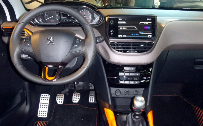 Peugeot-2008-crossover-suv-visual-interior-painel