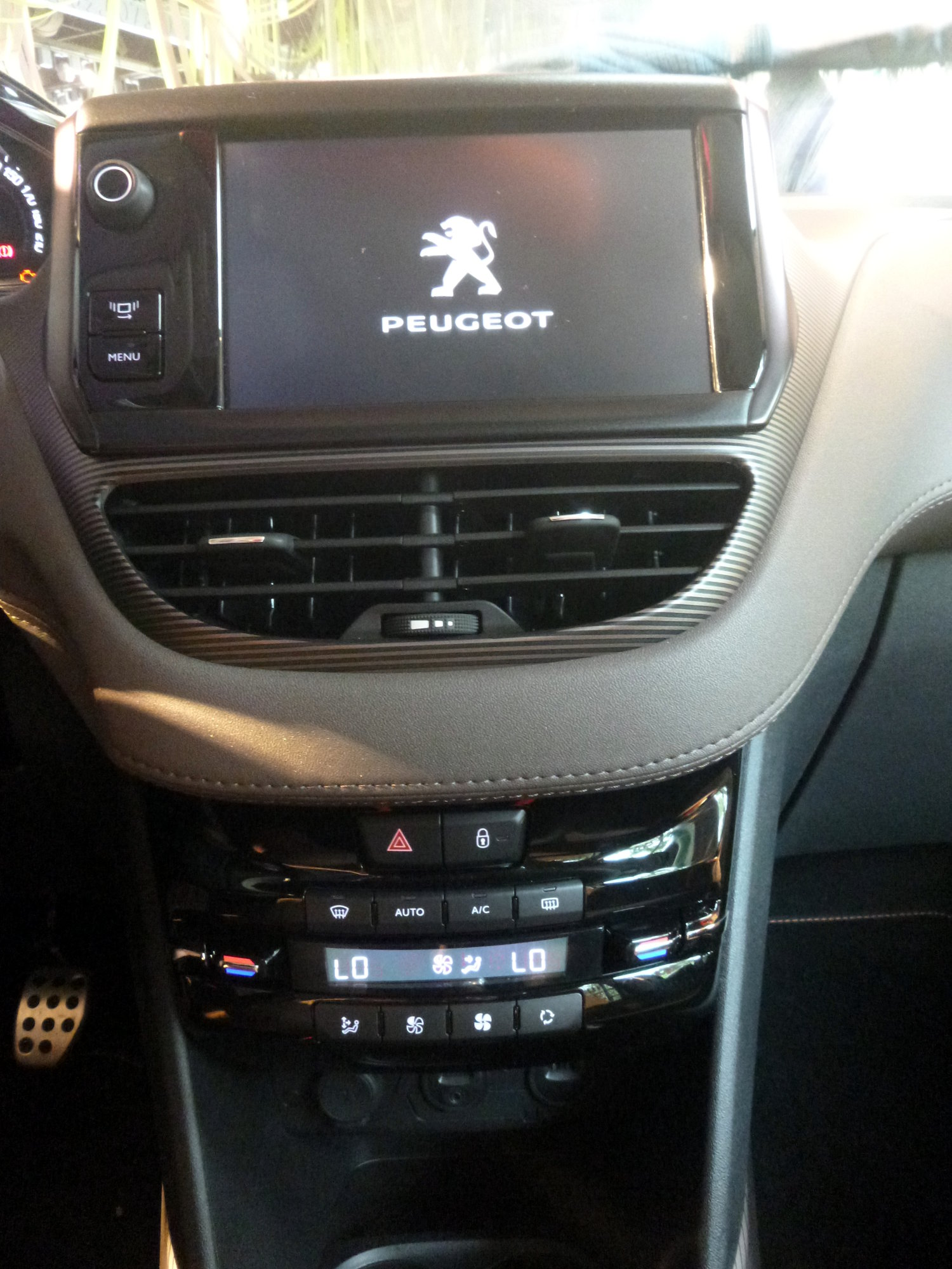 Peugeot-2008-crossover-suv-interior-painel-tela-LCD