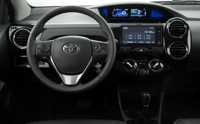 Toyota-Etios-2017-hatch-sedan-painel-digital-central-multimidia