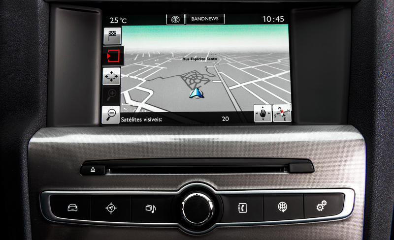Detalhe do GPS no painel do Citroen C4 Lounge Tendance e Exclusive 2017 THP