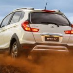 Foto do Honda WR-V 2018 num terreno off-road leve