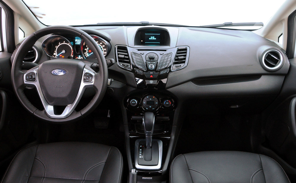Ford-New-Fiesta-Sedan-2014-SE-Titanium-Brasil-interior-painel-Powershift