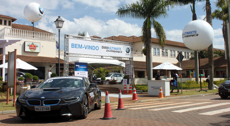Foto da entrada do evento BMW Ultimate Experience com destaque para o i8