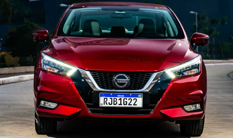 Nova logomarca e DRL de LED no Nissan Versa Exclusive